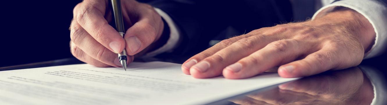 Homme signe un contrat